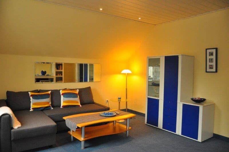 Familien-Appartement Wohnzimmer mit Sofa - Hotel Bavaria Oldenburg