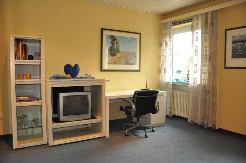 Familien-Appartement Schreibtisch und TV - Hotel Bavaria Oldenburg