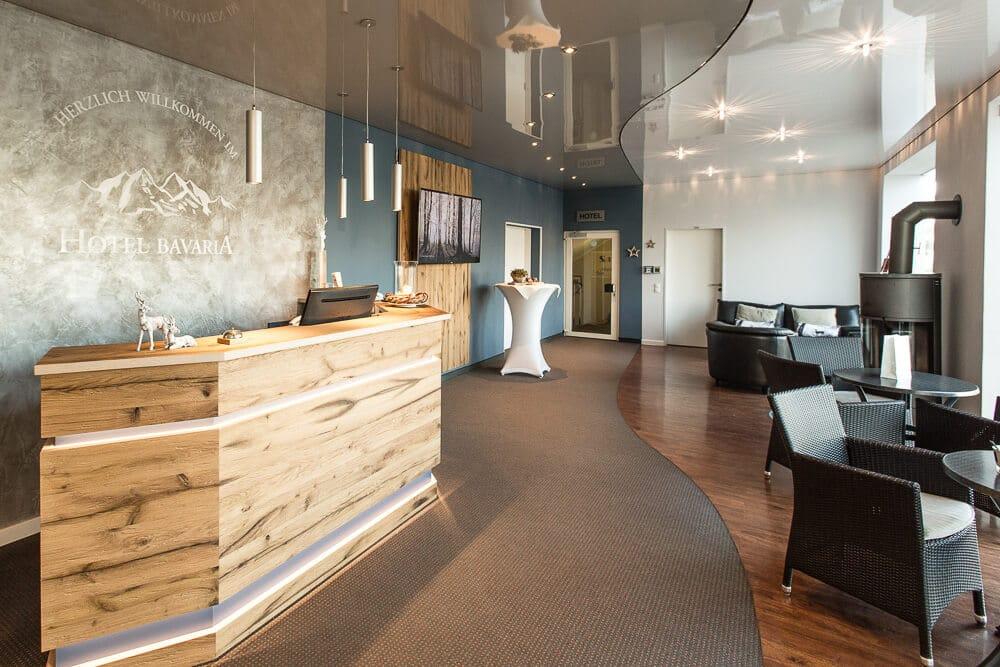 Lobby mit Sitzecke und Rezeption, Hotel Bavaria Oldenburg