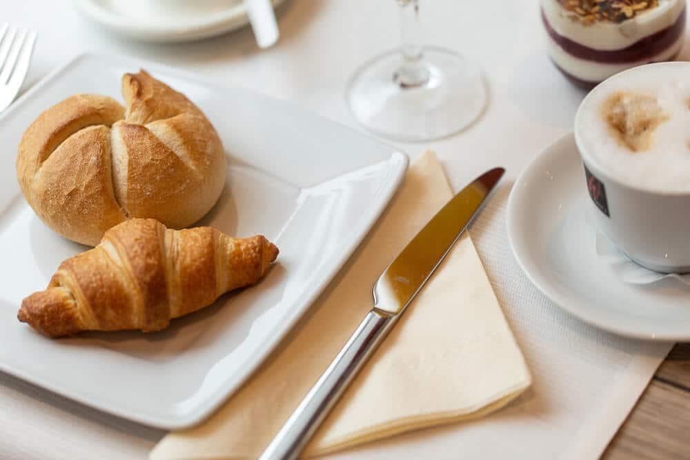 Frühstückstisch mit Cappuccino, Hotel Bavaria Oldenburg