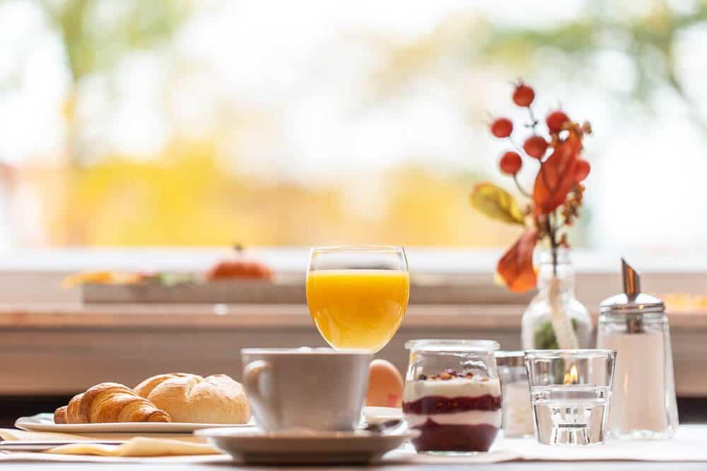 Frühstückstisch mit Saft 1, Hotel Bavaria Oldenburg