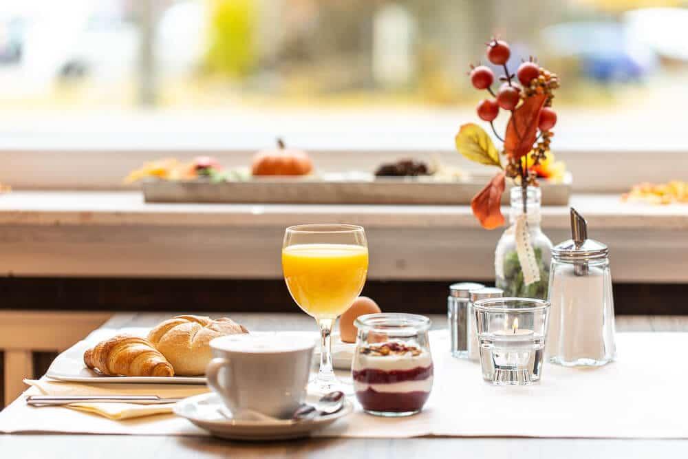 Frühstückstisch mit Saft, Hotel Bavaria Oldenburg
