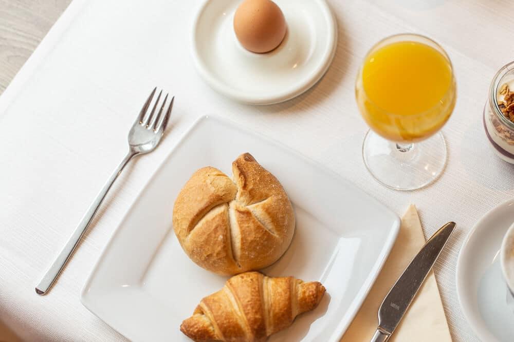 Frühstückstisch mit Ei