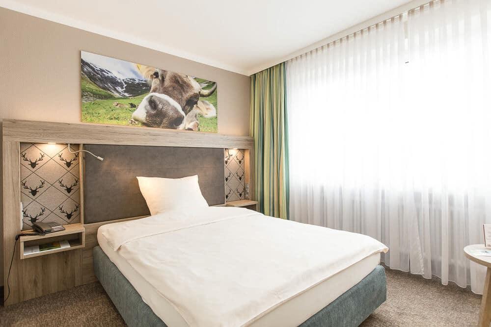 Premium-Zimmer, QS-Bett schräg mit Kuh, Hotel Bavaria Oldenburg
