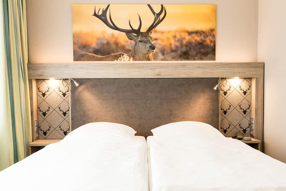 Premium-Zimmer mit Hirsch über dem Bett