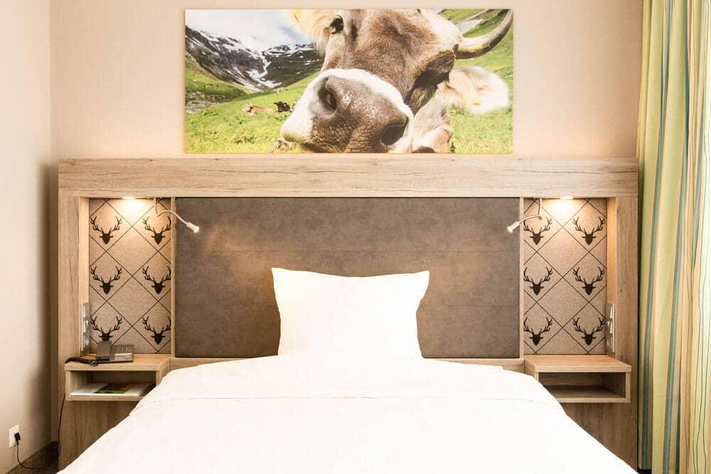 Bett mit Kuhfoto, Premium-Zimmer, Hotel Bavaria Oldenburg